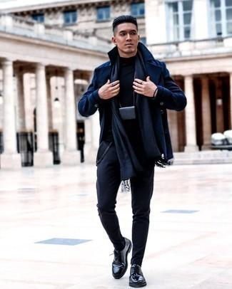 Мужские луки: Если не знаешь, в чем пойти на учебу или на работу, темно-синее полупальто и темно-синие брюки чинос — великолепный выбор. Хотел бы добавить сюда нотку строгости? Тогда в качестве дополнения к этому ансамблю, выбери черные кожаные туфли дерби.