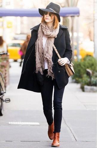 Бежевый шарф: с чем носить и как сочетать женщине: Черное полупальто и бежевый шарф — стильный выбор барышень, которые никогда не могут усидеть на месте. Табачные кожаные ботинки челси чудесно дополнят этот наряд.