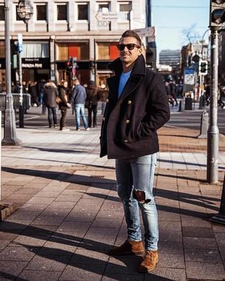 Как и с чем носить: черное полупальто, белая футболка с круглым вырезом, голубые рваные зауженные джинсы, коричневые замшевые ботинки дезерты