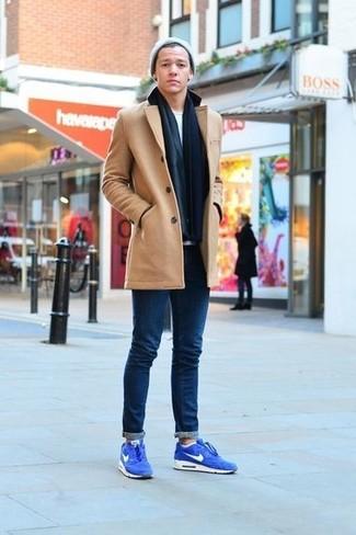 Сочетание светло-коричневого полупальто и темно-синих зауженных джинсов создано для современных парней, ведущих подвижный образ жизни. Любители смелых вариантов могут дополнить лук синими замшевыми кроссовками.