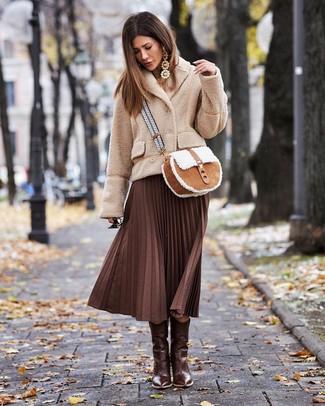 Светло-коричневые серьги: с чем носить и как сочетать: Такое лаконичное и удобное сочетание вещей, как бежевое флисовое полупальто и светло-коричневые серьги, полюбится женщинам, которые любят проводить дни активно. Что же до обуви, темно-коричневые кожаные ковбойские сапоги — самый целесообразный вариант.