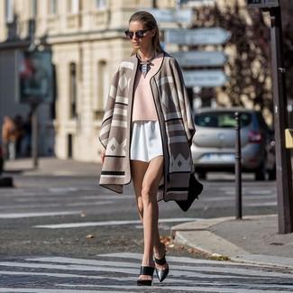 Как и с чем носить: бежевое пончо с принтом, розовая блуза с коротким рукавом, белые шорты, черные кожаные сабо