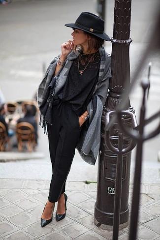 Как и с чем носить: серое пончо в шотландскую клетку, черная кружевная блузка с длинным рукавом, черные брюки-галифе, черные кожаные туфли