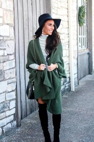 Как и с чем носить: темно-зеленое пончо, бело-черная водолазка в горизонтальную полоску, черные замшевые ботфорты, черная кожаная сумка через плечо