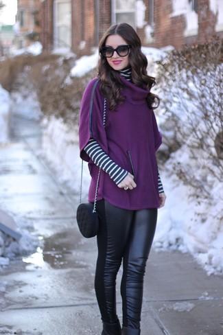 Как и с чем носить: пурпурное пончо, бело-черная водолазка в горизонтальную полоску, черные кожаные леггинсы, черные кожаные ботильоны