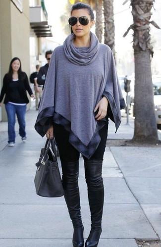 Как Kim Kardashian носит Серое пончо, Черные леггинсы, Черные кожаные ботфорты, Темно-серая кожаная большая сумка