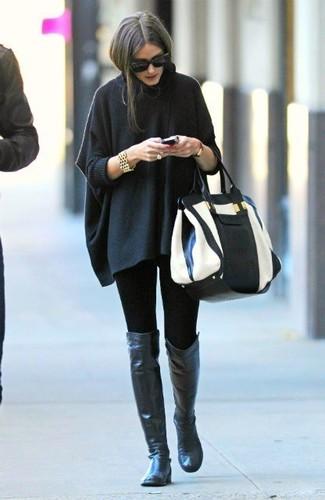 Как и с чем носить: темно-серое пончо, черные леггинсы, черные кожаные ботфорты, бело-черная кожаная большая сумка