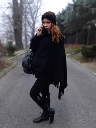 Как и с чем носить: черное пончо, черные кожаные сапоги, черная кожаная большая сумка, черный вязаный ободок/повязка