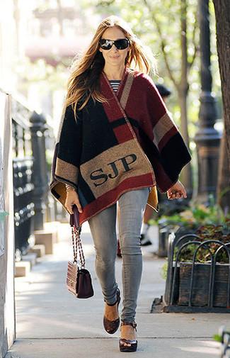 Как и с чем носить: разноцветное пончо, бело-черный свитер с круглым вырезом в горизонтальную полоску, серые джинсы скинни, темно-красные кожаные босоножки на каблуке