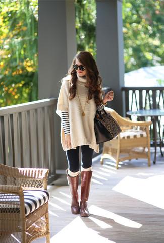 Как и с чем носить: бежевое пончо, бело-темно-синий свитер с круглым вырезом в горизонтальную полоску, черные леггинсы, коричневые кожаные сапоги