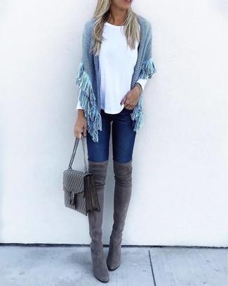 Как и с чем носить: голубое вязаное пончо, белая футболка с длинным рукавом, темно-синие джинсы скинни, темно-серые замшевые ботфорты