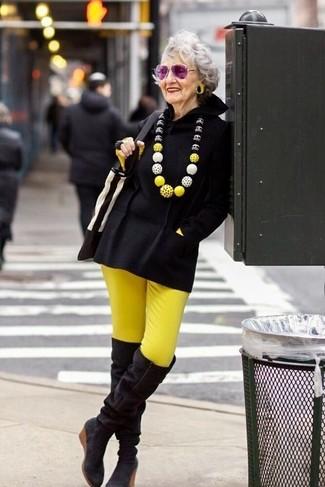 Как и с чем носить: черное пончо, желтая футболка с длинным рукавом, желтые узкие брюки, черные замшевые ботфорты