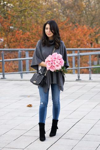 Как и с чем носить: темно-серое шерстяное пончо, белая футболка с круглым вырезом, синие рваные джинсы скинни, черные замшевые ботильоны
