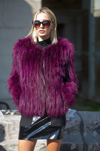 С чем носить пурпурную короткую шубу: Собираясь в кино или кафе, обрати внимание на ансамбль из пурпурной короткой шубы и черной кожаной мини-юбки.