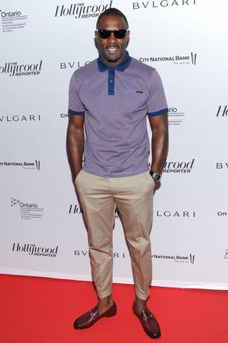 Как Idris Elba носит Пурпурная футболка-поло в клетку, Бежевые брюки чинос, Темно-красные кожаные лоферы, Черные кожаные часы