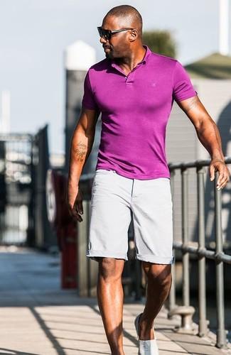 Как Idris Elba носит Пурпурная футболка-поло, Серые шорты, Серые слипоны