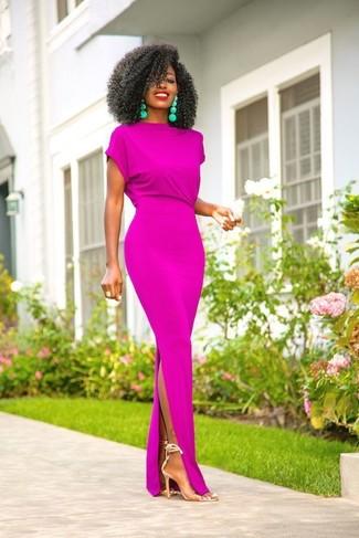С чем носить прозрачные резиновые босоножки на каблуке: Составив наряд из пурпурного платья-макси, можно спокойно идти на свидание с парнем или посиделки с подружками в расслабленной обстановке. Пара прозрачных резиновых босоножек на каблуке позволит сделать лук более цельным.
