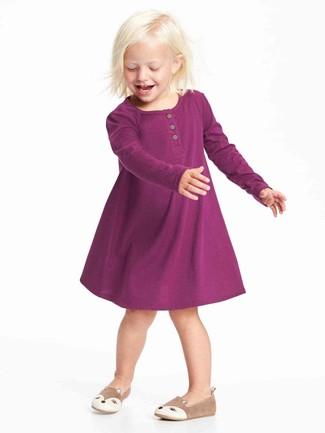 Как и с чем носить: пурпурное платье, светло-коричневые балетки