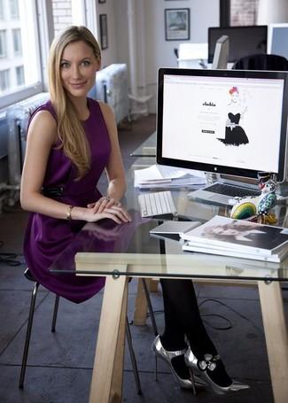 Пурпурное шелковое коктейльное платье — хорошее решение для свидания или встречи с друзьями. Что касается обуви, серебряные кожаные туфли станут отличным выбором.
