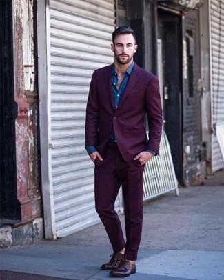 Как и с чем носить: пурпурный костюм, синяя рубашка с длинным рукавом, темно-красные кожаные туфли дерби