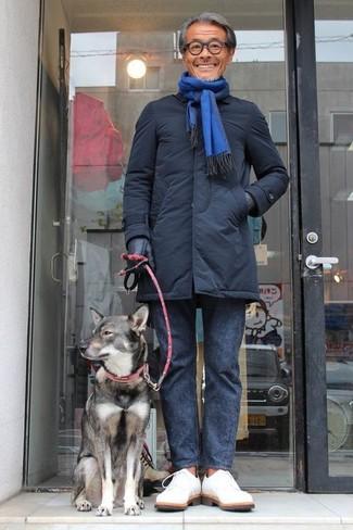 Белые замшевые туфли дерби: с чем носить и как сочетать: Черный пуховик и темно-серые брюки чинос — великолепный лук, если ты хочешь создать простой, но в то же время модный мужской лук. Этот лук легко получает свежее прочтение в тандеме с белыми замшевыми туфлями дерби.