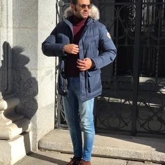 С чем носить коричневые замшевые ботинки дезерты: Темно-синий пуховик и голубые джинсы — прекрасный выбор, если ты хочешь составить раскованный, но в то же время модный мужской лук. Что до обуви, коричневые замшевые ботинки дезерты — наиболее приемлимый вариант.
