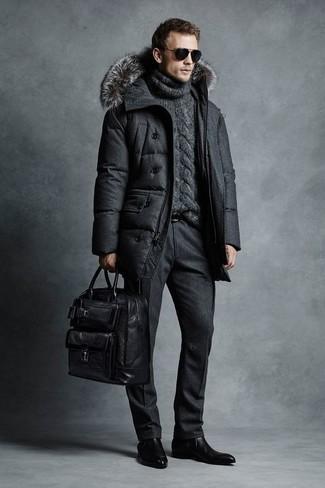 Как и с чем носить: темно-серый пуховик, темно-серая вязаная водолазка, черные шерстяные классические брюки, черные кожаные ботинки челси