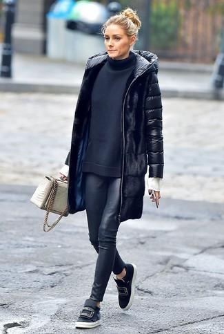 Как и с чем носить: черный пуховик, черная водолазка, черные кожаные леггинсы, черные кожаные слипоны с украшением