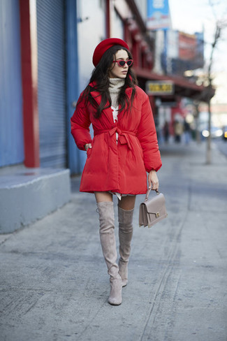 Как и с чем носить: красный пуховик, серая вязаная водолазка, белое платье-свитер, серые замшевые ботфорты