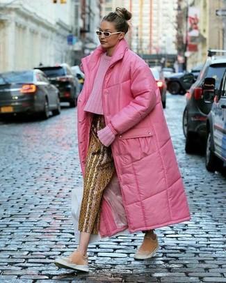 Белые солнцезащитные очки: с чем носить и как сочетать женщине: Сочетание ярко-розового пуховика и белых солнцезащитных очков пользуется особым спросом среди ценительниц комфорта. Этот наряд получит новое прочтение в сочетании с розовыми замшевыми слипонами.