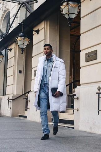 Бело-черный пуховик: с чем носить и как сочетать мужчине: Бело-черный пуховик и синие джинсы — превосходная идея для несложного, но модного мужского образа. Любишь экспериментировать? Дополни образ черными кожаными ботинками челси.