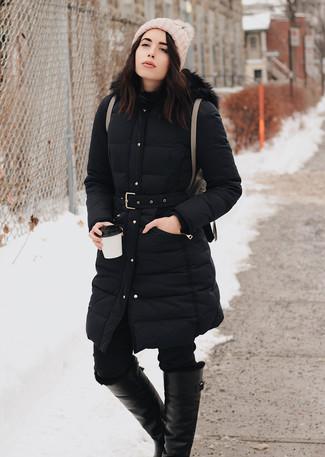 Как и с чем носить: черный пуховик, черные джинсы скинни, черные кожаные сапоги, коричневый кожаный рюкзак
