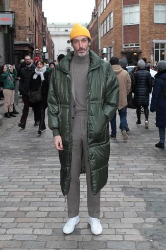 Как и с чем носить: темно-зеленый пуховик, серый костюм, серая водолазка, белые низкие кеды