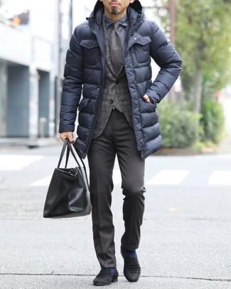 Темно-коричневый пиджак в шотландскую клетку: с чем носить и как сочетать мужчине: Темно-коричневый пиджак в шотландскую клетку и темно-коричневые классические брюки помогут создать изысканный мужской лук. Черные замшевые лоферы — великолепный вариант, чтобы закончить образ.