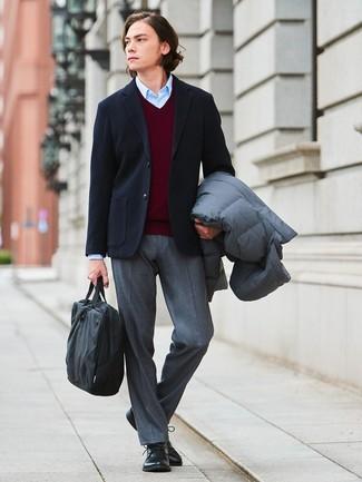 Как и с чем носить: серый пуховик, черный шерстяной пиджак, темно-красный свитер с v-образным вырезом, голубая классическая рубашка