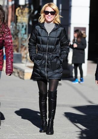 Как и с чем носить: черный пуховик, бело-черное повседневное платье в клетку, черные кожаные ботфорты, черные солнцезащитные очки