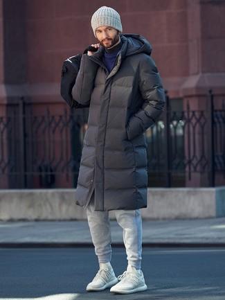 Как и с чем носить: темно-серый пуховик, темно-синий свитер с круглым вырезом, темно-серая водолазка, серые спортивные штаны