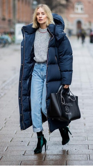 Как и с чем носить: темно-синий пуховик, серый свитер с круглым вырезом, голубые джинсы, темно-зеленые бархатные ботильоны