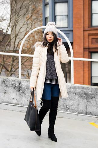 Как и с чем носить: бежевый пуховик, темно-серый свитер с круглым вырезом, бело-черная классическая рубашка в шотландскую клетку, темно-синие джинсы скинни