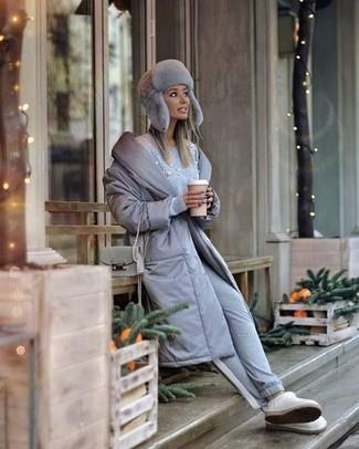 С чем носить меховую шапку женщине: Серый пуховик и меховая шапка — прекрасное решение для девушек, которые всегда в движении. Если сочетание несочетаемого импонирует тебе не меньше, чем безвременная классика, закончи этот ансамбль белыми угги.