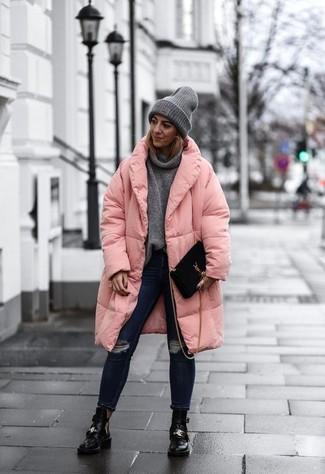 Как и с чем носить: розовый пуховик, серый свитер с хомутом, темно-синие рваные джинсы скинни, черные кожаные ботильоны с вырезом