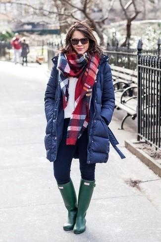 Как и с чем носить: темно-синий пуховик, белый свитшот, темно-синие джинсы скинни, темно-зеленые резиновые сапоги
