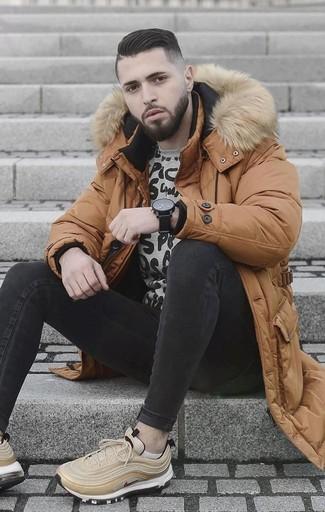 Как и с чем носить: табачный пуховик, серый свитшот с принтом, черные зауженные джинсы, бежевые кроссовки