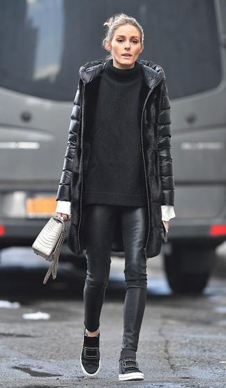 Черные кожаные узкие брюки: с чем носить и как сочетать: Черный пуховик и черные кожаные узкие брюки надежно обосновались в гардеробе многих женщин, позволяя создавать роскошные и удобные образы. Черные кроссовки на танкетке позволят сделать лук менее строгим.