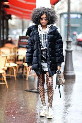 Как и с чем носить: черный пуховик, бело-черный худи с принтом, черная кожаная мини-юбка, серебряные кожаные лоферы на платформе