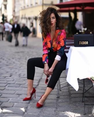 Разноцветная блузка с длинным рукавом с цветочным принтом: с чем носить и как сочетать: Удобное сочетание разноцветной блузки с длинным рукавом с цветочным принтом и черных узких брюк поможет подчеркнуть твой запоминающийся личный стиль и выигрышно выделиться из общей массы. Красные замшевые туфли становятся прекрасным завершением твоего образа.