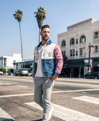 Как и с чем носить: разноцветная джинсовая куртка, белая футболка с круглым вырезом, серые джинсы, белые низкие кеды из плотной ткани
