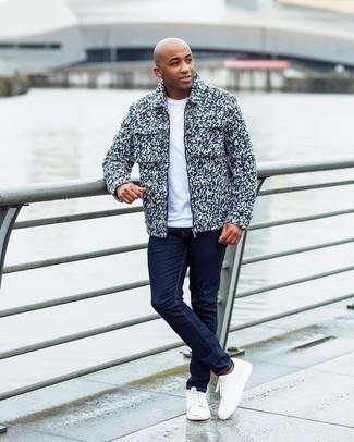 Мужские луки: Разноцветная шерстяная куртка харрингтон и темно-синие джинсы — великолепный выбор для похода в кино или марафона по городским барам. В тандеме с этим ансамблем наиболее гармонично выглядят белые кожаные низкие кеды.