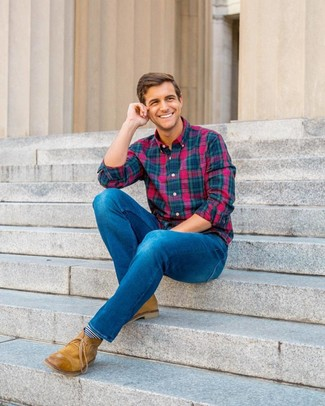 Как и с чем носить: разноцветная рубашка с длинным рукавом в шотландскую клетку, синие джинсы, светло-коричневые кожаные ботинки дезерты, темно-сине-белые носки в горизонтальную полоску