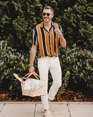 Как и с чем носить: разноцветная рубашка с коротким рукавом в вертикальную полоску, белые зауженные джинсы, бежевые замшевые низкие кеды, коричневые солнцезащитные очки